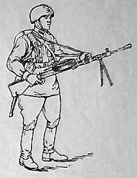 Наводчик ручного пулемета в полном походном снаряжении